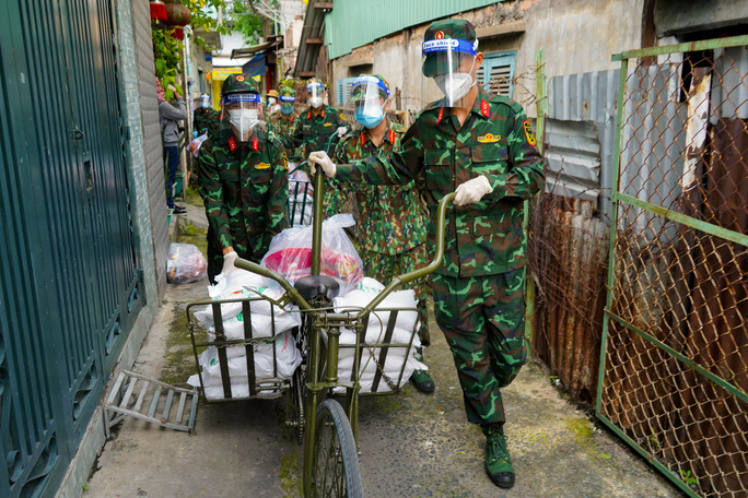 Phóng sự ảnh: Người dân TP HCM bất ngờ thấy bộ đội dùng xe đạp thồ lương thực trên phố - Ảnh 7.