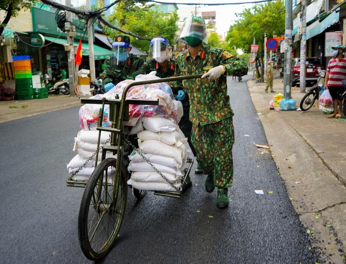 Phóng sự ảnh: Người dân TP HCM bất ngờ thấy bộ đội dùng xe đạp thồ lương thực trên phố - Ảnh 5.