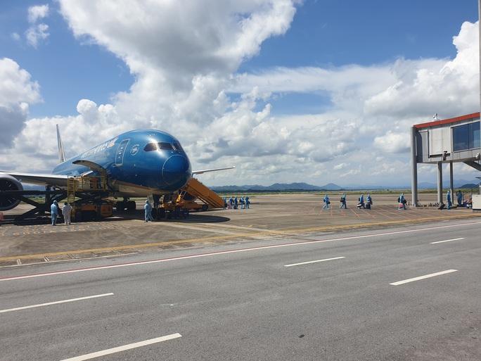 Chuyến bay đầu tiên thí điểm hộ chiếu vắc-xin đã hạ cánh tại sân bay Vân Đồn - Ảnh 2.