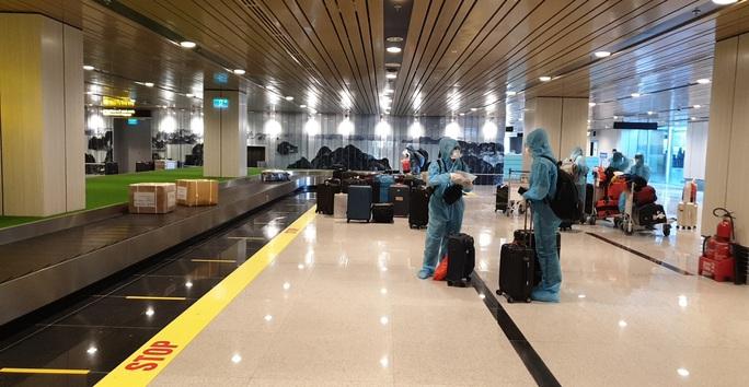 Chuyến bay đầu tiên thí điểm hộ chiếu vắc-xin đã hạ cánh tại sân bay Vân Đồn - Ảnh 1.