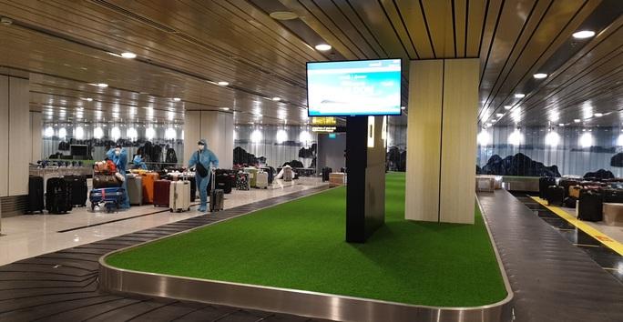 Chuyến bay đầu tiên thí điểm hộ chiếu vắc-xin đã hạ cánh tại sân bay Vân Đồn - Ảnh 3.