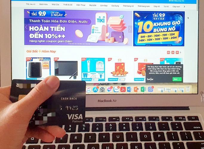 Chủ thẻ tín dụng được giảm lãi suất và hoàn tiền - Ảnh 1.