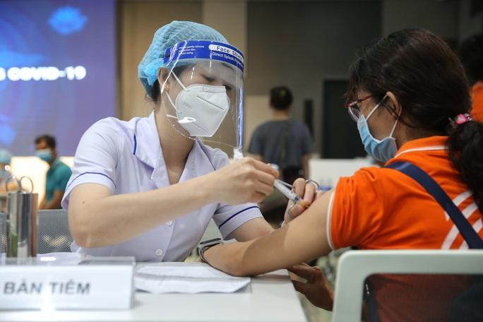 Bộ Y tế nói gì về đề nghị tiêm vắc-xin Covid-19 cho học sinh trung học? - Ảnh 1.
