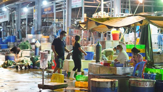Rau củ, cá tôm nhộn nhịp xuống hàng tại chợ đầu mối Bình Điền - Ảnh 1.