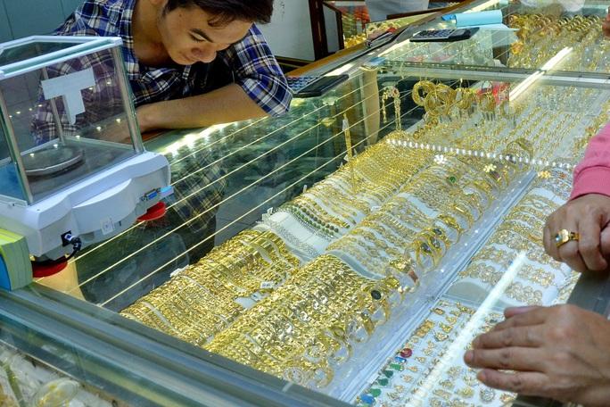 Giá vàng hôm nay 8-9: Thế giới giảm gần 1 triệu đồng/lượng sau một đêm - Ảnh 1.