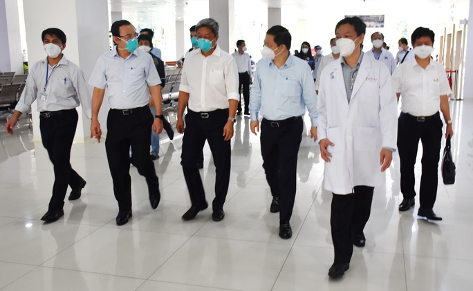 Bí thư Thành ủy Nguyễn Văn Nên thăm Bệnh viện Hồi sức Covid-19 TP HCM - Ảnh 1.