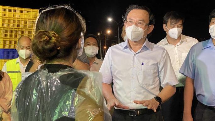 Bí thư Thành ủy TP HCM Nguyễn Văn Nên kiểm tra chợ Bình Điền - Ảnh 1.