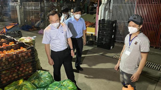 Bí thư Thành ủy TP HCM Nguyễn Văn Nên kiểm tra chợ Bình Điền - Ảnh 3.