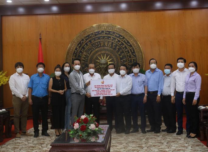 Hội Doanh nhân trẻ Việt Nam hỗ trợ tuyến đầu chống dịch tại Long An - Ảnh 1.