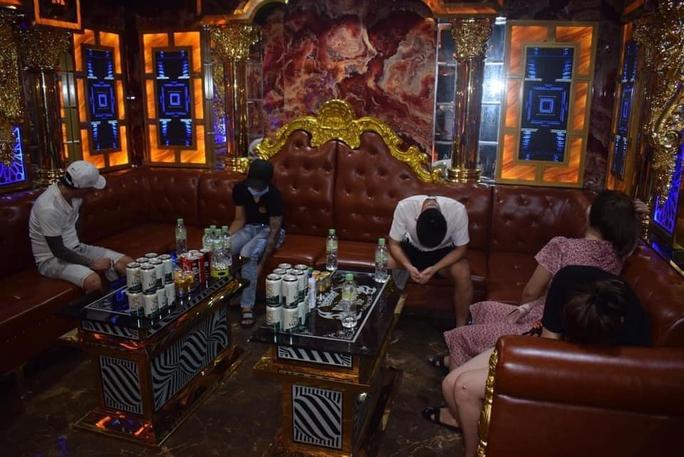 Quảng Trị: Làm liều trong dịch Covid-19, cơ sở karaoke Hoàng Tử bị đề xuất phạt nặng - Ảnh 1.