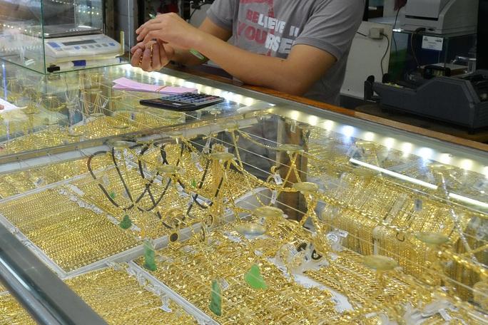 Giá vàng hôm nay 9-9: Giảm tiếp, USD không ngừng tăng giá - Ảnh 1.