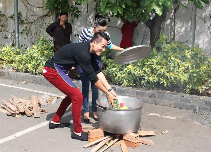 Đội Lê Trung Cương - Khánh Ngọc cho bánh vào nồi