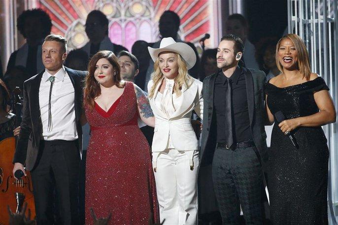 Macklemore, Mary Lambert, Madonna, Ryan Lewis và Queen Latifah hát chúc phúc cho 33 cặp đôi đồng tính