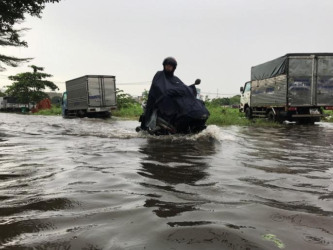 Đường sá TP HCM hỗn loạn sau cơn mưa lớn - Ảnh 4.