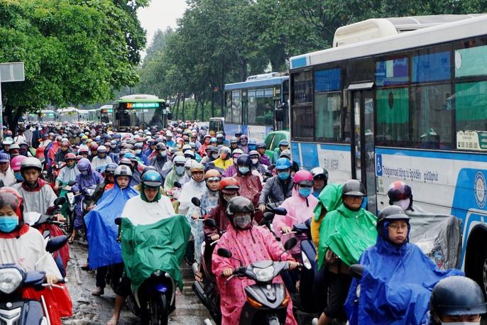 Đường sá TP HCM hỗn loạn sau cơn mưa lớn - Ảnh 6.