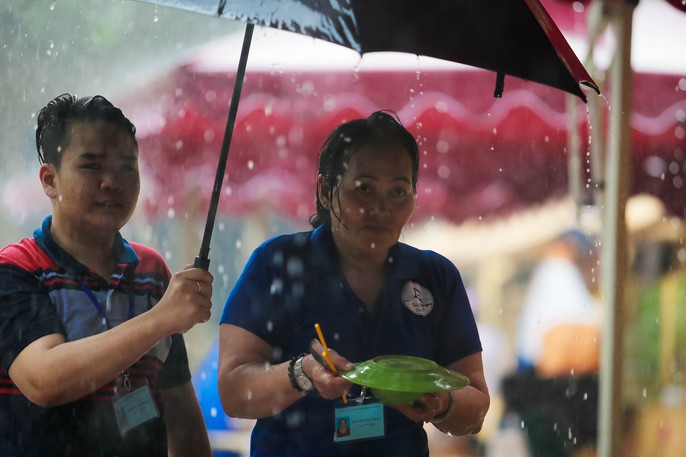 Hàng trăm người đội mưa đến phố hàng rong Bách Tùng Diệp - Ảnh 6.