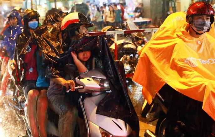 Trẻ em mệt mỏi dưới mưa trong đêm Tết thiếu nhi - Ảnh 7.