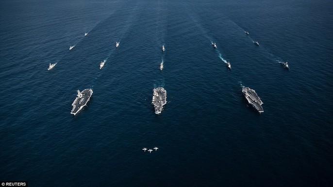 Ba chiếc F/A-18E Super Hornet bay phía trên 3 nhóm tác chiến tàu sân bay của Mỹ trong cuộc tập trận với hải quân Hàn Quốc. Ảnh: REUTERS