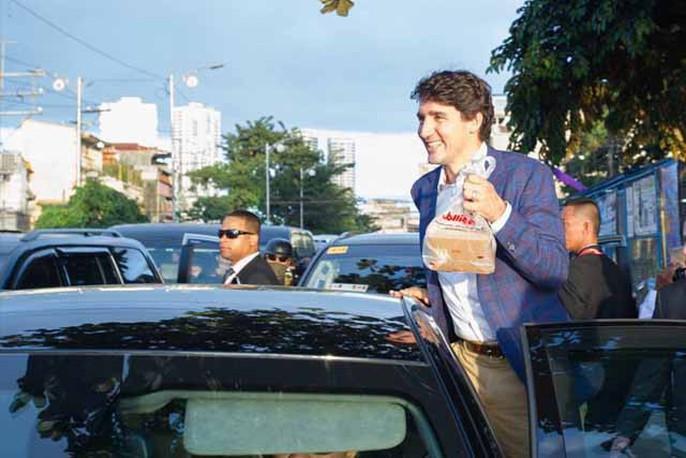 Philippines: Thủ tướng Canada gây náo loạn khi mua gà rán - Ảnh 3.