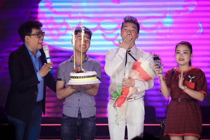 Đàm Vĩnh Hưng vỡ òa khi được fan tổ chức sinh nhật trên sân khấu - Ảnh 7.