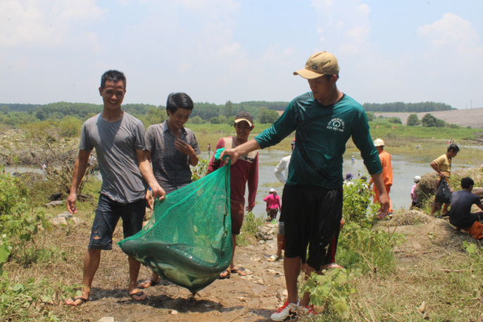 Đổ xô đi bắt cá ở hồ thủy điện Trị An - Ảnh 12.