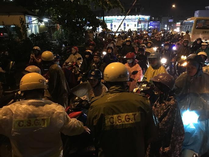 CSGT dầm mưa giúp dân qua đoạn ngập ở Sài Gòn - Ảnh 4.