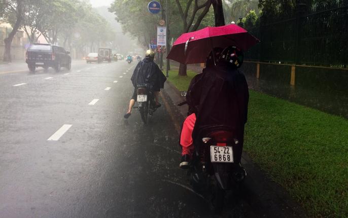 Người Sài Gòn khốn đốn trong cơn mưa đầu tuần - Ảnh 3.