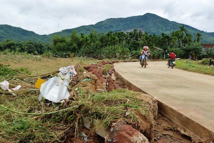 Quảng Ngãi: Nhiều nơi tan hoang sau trận lũ kỳ lạ - Ảnh 14.