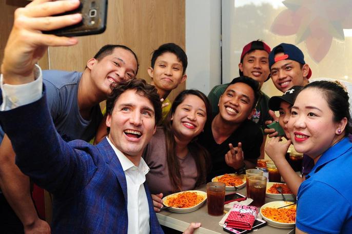 Philippines: Thủ tướng Canada gây náo loạn khi mua gà rán - Ảnh 11.