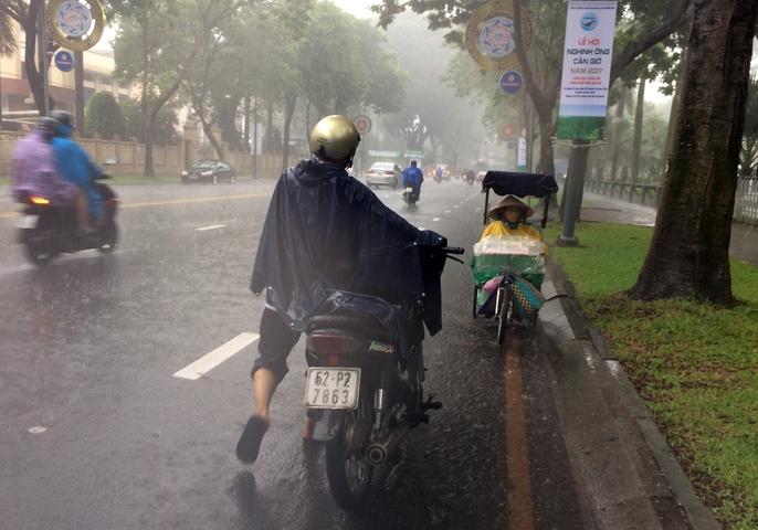 Người Sài Gòn khốn đốn trong cơn mưa đầu tuần - Ảnh 4.
