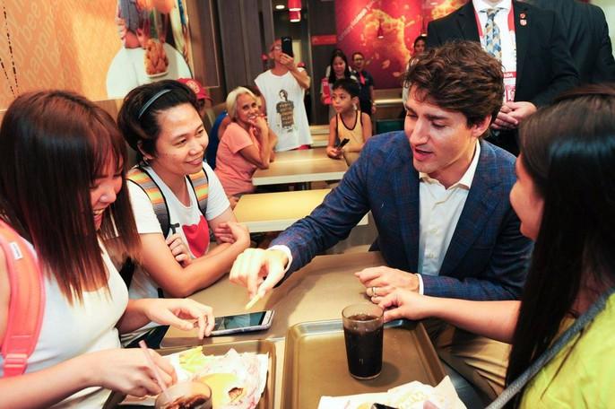 Philippines: Thủ tướng Canada gây náo loạn khi mua gà rán - Ảnh 9.