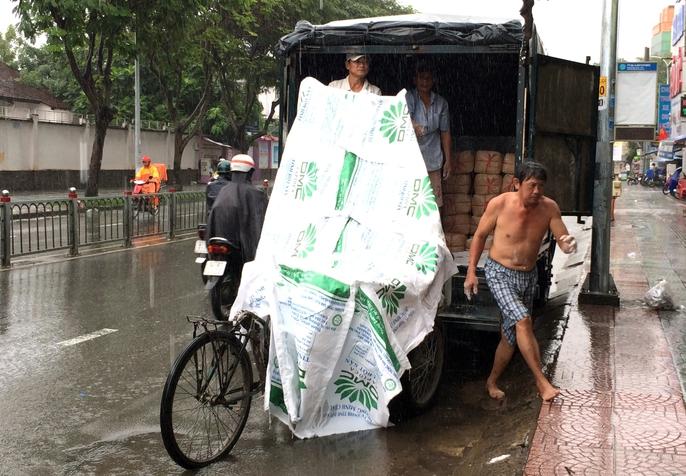 Người Sài Gòn khốn đốn trong cơn mưa đầu tuần - Ảnh 10.