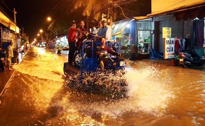 Sài Gòn hụp lặn trong nước ngập đêm đầu tuần - Ảnh 14.