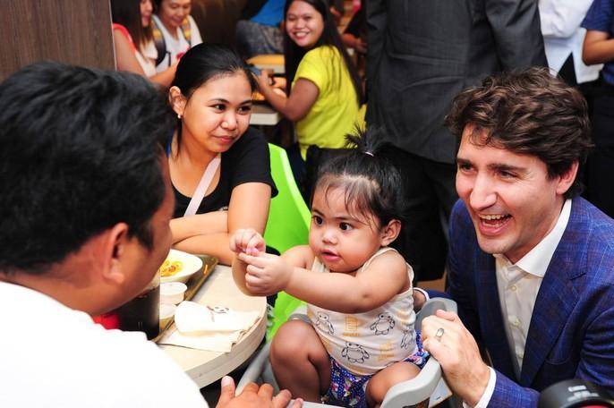 Philippines: Thủ tướng Canada gây náo loạn khi mua gà rán - Ảnh 8.