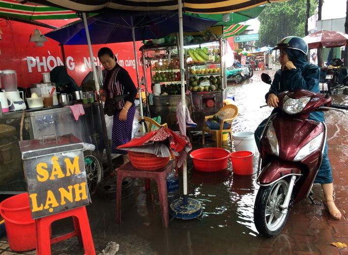 Người Sài Gòn khốn đốn trong cơn mưa đầu tuần - Ảnh 11.