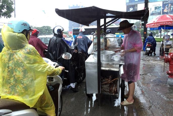 Người Sài Gòn khốn đốn trong cơn mưa đầu tuần - Ảnh 12.