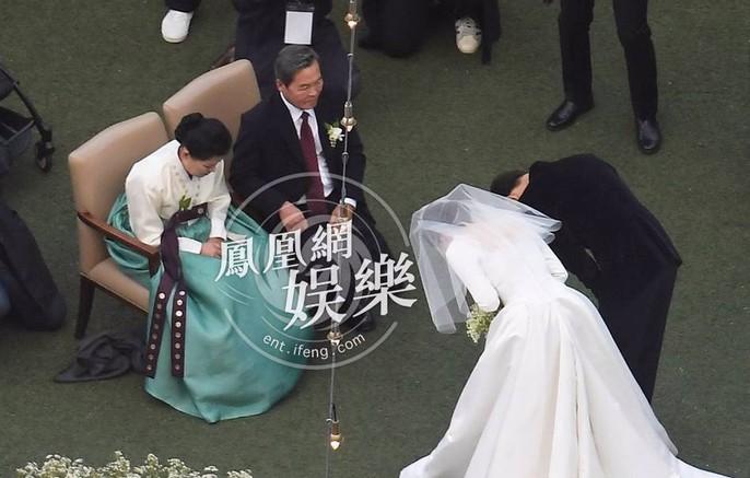 Song Hye Kyo và Song Joong Ki khoe ảnh cưới - Ảnh 4.