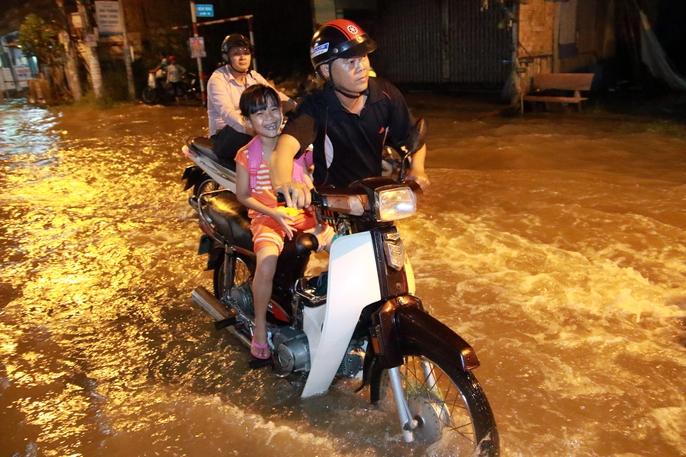 Sài Gòn hụp lặn trong nước ngập đêm đầu tuần - Ảnh 10.