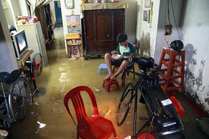 Sài Gòn hụp lặn trong nước ngập đêm đầu tuần - Ảnh 16.