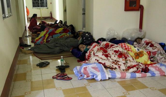 Người dân Cà Mau nín thở chờ bão số 16 (Tembin) qua nhanh - Ảnh 2.