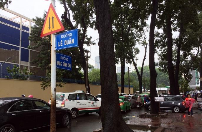 Người Sài Gòn khốn đốn trong cơn mưa đầu tuần - Ảnh 6.