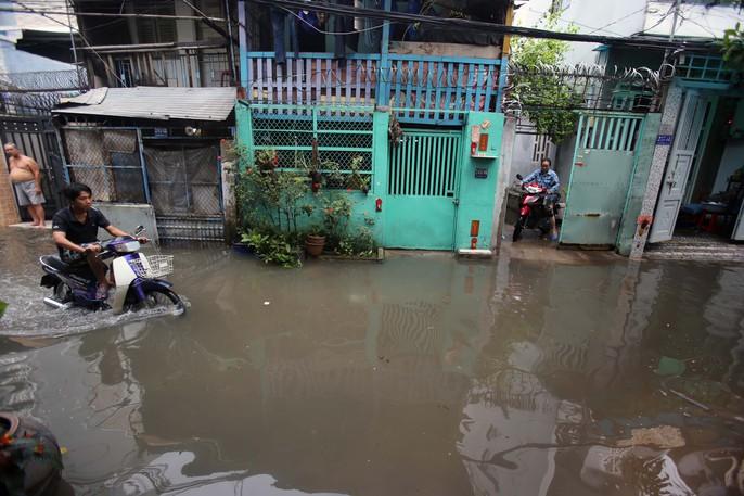 TP HCM mênh mông nước sau cơn mưa lớn - Ảnh 7.