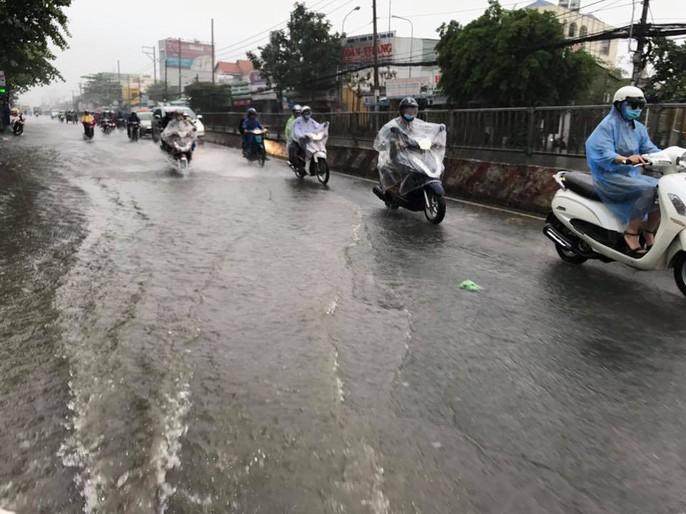 Sài Gòn mưa rả rích nhưng mênh mông nước! - Ảnh 6.