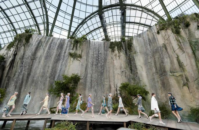 Thác nước lung linh trong sô thời trang Chanel - Ảnh 2.