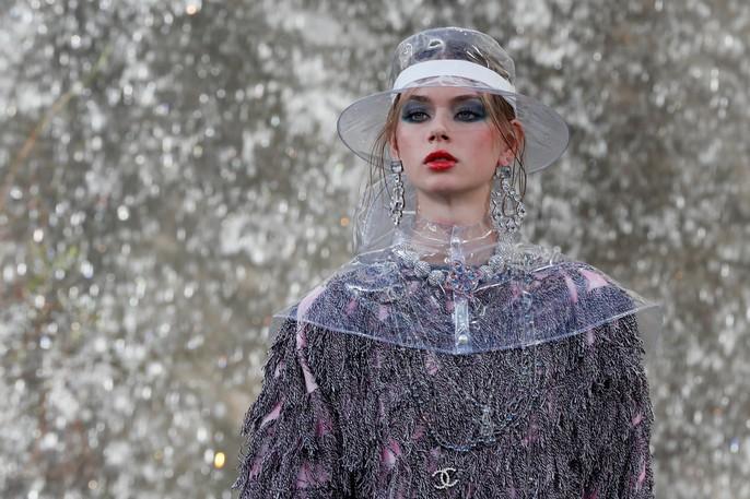 Thác nước lung linh trong sô thời trang Chanel - Ảnh 18.