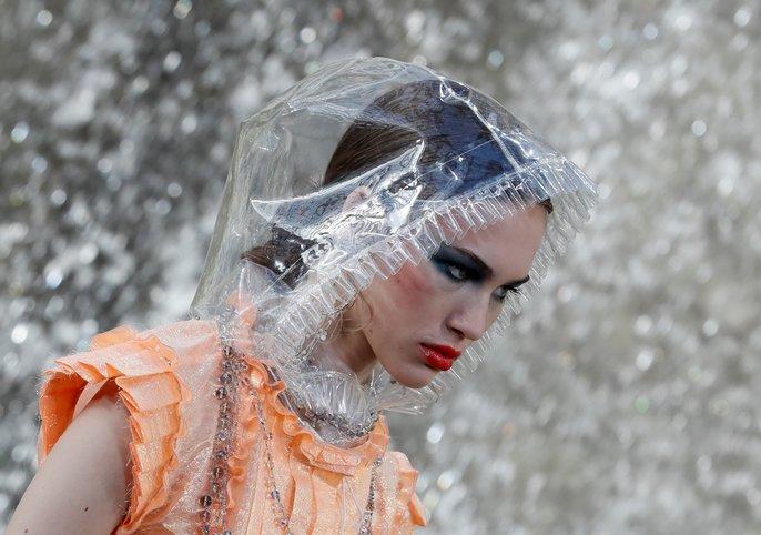 Thác nước lung linh trong sô thời trang Chanel - Ảnh 16.