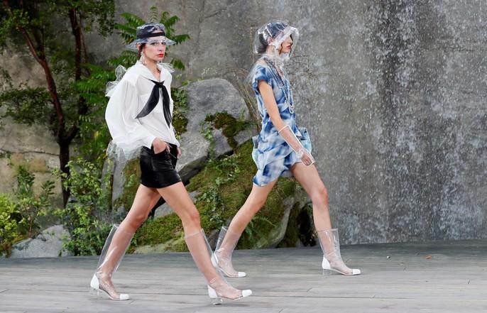 Thác nước lung linh trong sô thời trang Chanel - Ảnh 15.