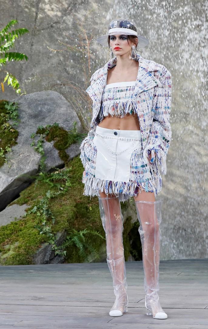 Thác nước lung linh trong sô thời trang Chanel - Ảnh 10.