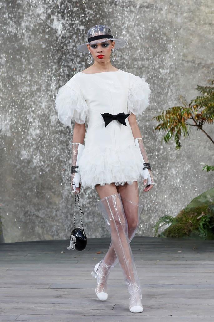 Thác nước lung linh trong sô thời trang Chanel - Ảnh 8.