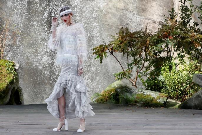 Thác nước lung linh trong sô thời trang Chanel - Ảnh 7.